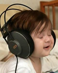 Criança relaxada escutando música