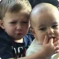 Vídeo: Charlie, o bebê que morde dedos