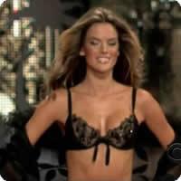 Vídeo: Alessandra Ambrósio desfilando de lingerie!