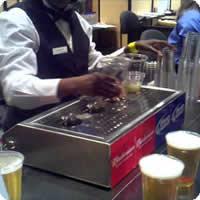 Vídeo: A Incrível Máquina de Cerveja que enche os copos pelo fundo!