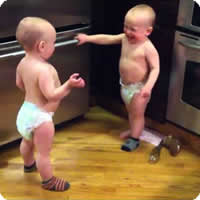 Vídeo: Bebês gêmeos conversando sobre algo importante