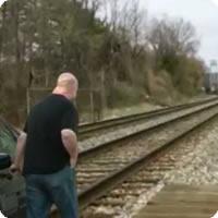 Vídeo: Como não ser atingido por um trem O_O