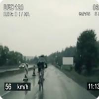 Vídeo: Maluco fugindo de bicicleta da polícia a mais de 100km/h, ou não...