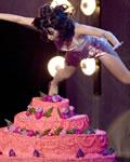 Katy Perry pulando no bolo