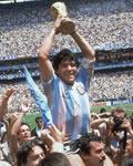 Maradona erguendo a taça da Copa do Mundo!
