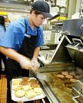 Preparando hamburgers no McDonald's
