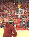Amir, do College Humor, arremessando a bola de basquete