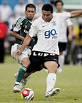 Ronaldo chutando a bola em jogo do Corinthians