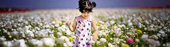 Menina em um campo de flores