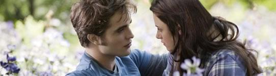 Primeira imagem de Eclipse com Edward Cullen e Elizabeth Swan num campo de flores