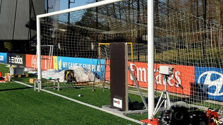 Aparato tecnológico do futebol testados em um campo de treino